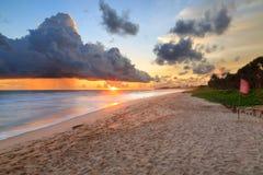 Morze i plaża z ciemnymi podeszczowymi chmurami przy zmierzchem Zdjęcia Stock