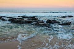 Morze i skały przy zmierzchem Zdjęcia Royalty Free