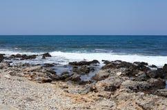 Morze i skalista plaża Fotografia Royalty Free