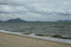 Morze i wybrzeże na burzowym zima dniu, widzieć od plaży wewnątrz Obrazy Royalty Free
