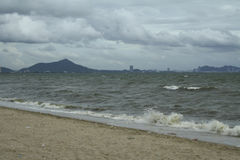 Morze i wybrzeże na burzowym zima dniu, widzieć od plaży wewnątrz Obraz Stock
