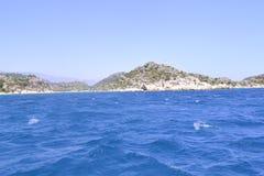 Morze i zieleni crag Zdjęcie Stock