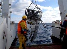 Morze Japonia, Rosja, Grudzień/- 01 2013: Nauki wyprawy drużyna odzyskuje epibenthic saneczki Fotografia Royalty Free