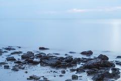 Morze kamienie przy rankiem Zdjęcie Royalty Free