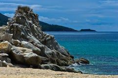 Morze kołysa na piaskowatej plaży przy wczesnym porankiem Obrazy Stock
