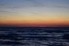 Morze krajobraz podczas zmierzchu dokąd kolory i specjalni skutki wyjawiają Zdjęcia Stock