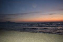 Morze krajobraz podczas zmierzchu dokąd kolory i specjalni skutki wyjawiają Obrazy Royalty Free
