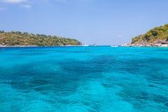 Morze krajobraz z wyspą i niebem Obrazy Royalty Free