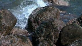 Morze macha bicie na skałach zbiory