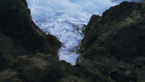 Morze macha bicie przeciw brzeg przy zmierzchem zbiory