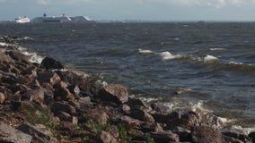 Morze macha bicie przeciw skałom zbiory wideo