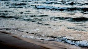 Morze macha na plaży przy zmierzchu czasem, światło słoneczne odbija na wody powierzchni pi?kny wiecz?r natury morza t?o zbiory wideo