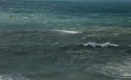 Morze macha przy linią brzegową na burzowym dniu Zdjęcie Stock