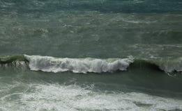 Morze macha przy linią brzegową na burzowym dniu Zdjęcia Royalty Free