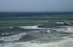 Morze macha przy linią brzegową na burzowym dniu Obraz Royalty Free