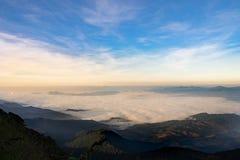 morze mgła lub chmura pod niebieskim niebem, widok od Intanon mountai zdjęcia royalty free