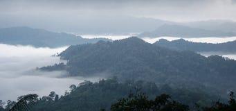 Morze mgła na górze 50mm plam tła wpływu pożarów nocy nikkor strony strona obrazy stock