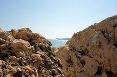 Morze między dwa skałami Obrazy Royalty Free