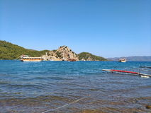 Morze, niebo, łódkowaty pobliski malowniczy górkowaty brzegowy błękit i gree czyści naturalni kolory, Fotografia Stock