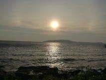 Morze, niebo, wschód słońca, plaża, morze, plaża, góry, morze, piękna sceneria, Tajlandia, Khao Laem Ya, Rayong Obrazy Royalty Free