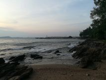 Morze, niebo, wschód słońca, plaża, morze, plaża, góry, morze, piękna sceneria, Tajlandia, Khao Laem Ya, Rayong Obraz Royalty Free