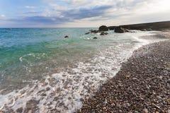 Morze piana na kamienistej plaży Obrazy Stock