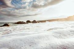 Morze piana na kamienistej plaży Obraz Royalty Free