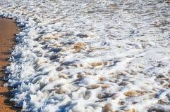 Morze piana wzdłuż Laem Singh plaży obraz stock
