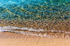 Morze piaskowata plaża Przejrzysta turkus woda, miękkiej części fala, światło słoneczne odbija na dennym dnie obrazy stock