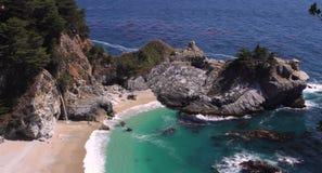 Morze, plaża i skały w Hiszpania, obrazy stock