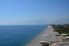 Morze plaża na tle góry w regionie Antaly fotografia stock