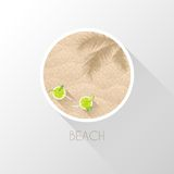 Morze plaża z drzewkami palmowymi i koktajlami Zdjęcie Royalty Free