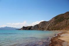 Morze plaża z górami Obrazy Stock