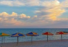 Morze plaża z parasolami przeciw niebu przed zmierzchem obraz royalty free