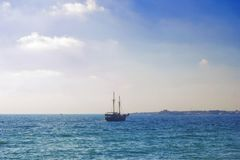 Morze Przy zmierzchem Ciemna sylwetka statek w błękitnym morzu Obraz Stock