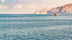 Morze, przyjemności łodzie, skaliści brzeg w fjords zatoka Oman fotografia stock