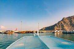 Morze, przyjemności łodzie, skaliści brzeg w fjords zatoka Oman fotografia royalty free