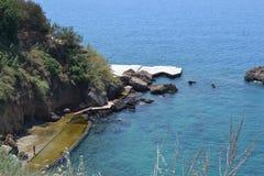 Morze Śródziemnomorskie i Antalia brzeg Zdjęcia Stock