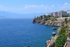Morze Śródziemnomorskie i Antalia brzeg Obrazy Stock