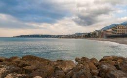 Morze Śródziemnomorskie brzeg w Menton - Francuski Riviera Zdjęcia Royalty Free