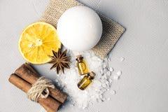 Morze sól dla skąpania, skąpanie bomby i ciało oleju z, cynamonem, pomarańcze i pikantność, fotografia stock