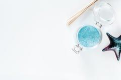 Morze sól od nieżywego morza na białym tło odgórnego widoku copyspace Fotografia Stock
