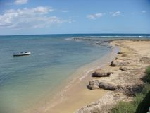 Morze Sicily z plażą, małą łódką i niezmiernością morze, Marzameni sicily Włochy Obrazy Royalty Free