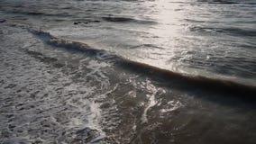 Morze szarość, w lecie, sił fale, pieni się i surfuje tworzy na brzeg, Słoneczna ścieżka, horyzont, niebieskie niebo, piaskowata  zbiory