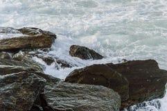 Morze vs skały Obrazy Stock