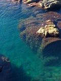Morze w skałach obrazy stock