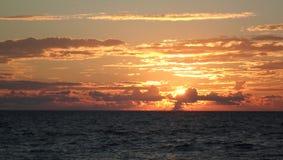 Morze, woda, słońce, purpura, czerwień, zmierzch, chmury, spokój, odpoczynek, widok, światło, wieczór, podróż, karmazyn fotografia royalty free