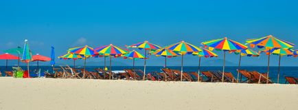 Morze, wyspa, parasol, Tajlandia, łóżka i słońce parasole na tropikalnej plaży, Khai wyspy Phuket, słońca, Obraz Royalty Free
