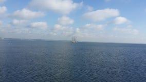 Morze z żaglówką Zdjęcia Royalty Free