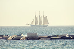 Morze z żagla statkiem Zdjęcia Royalty Free